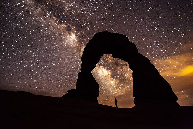 640px-Delicate_Arch_at_Night_(8708111489)