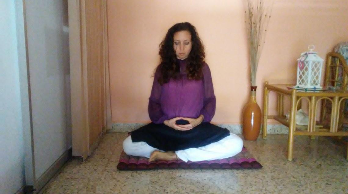 Piernas cruzadas, manos en zen