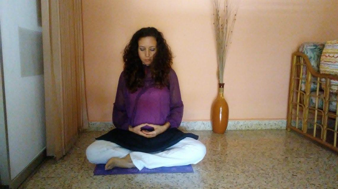 Postura con yoga mat manos en zen