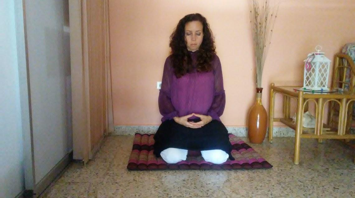 Postura de rodilla manos en zen