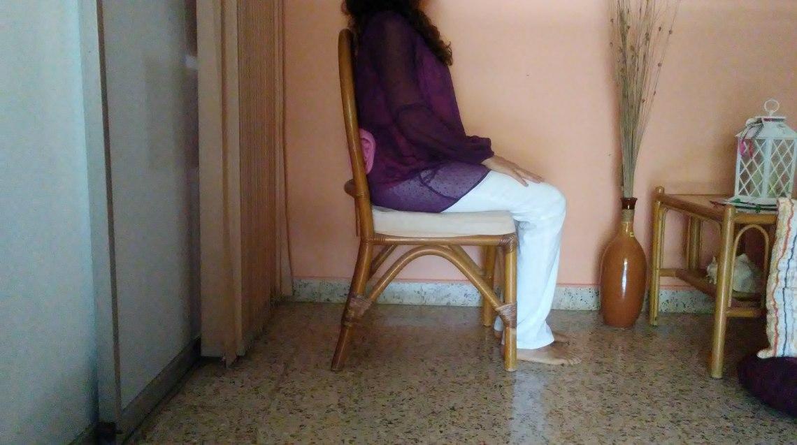 Postura sobre silla con apoyo