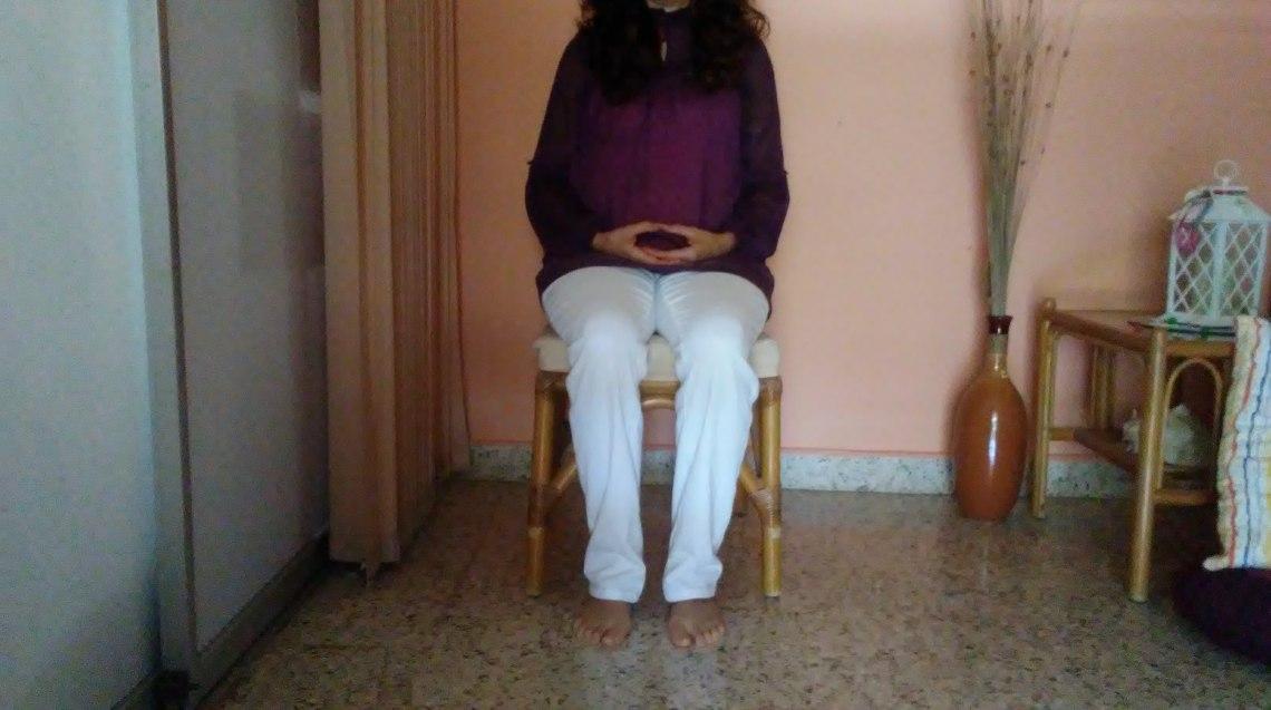 Postura sobre silla manos en zen