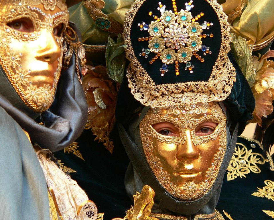 Carnival_in_Valletta_-_fancy-dress_costume_03